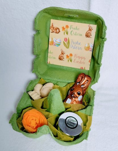 Ostergeschenk: dekorierter Eierkarton gefüllt mit Sima's Badepralinen, Lippenbalsam und Schokohasen