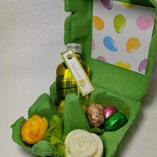 Ostergeschenk: Eierkarton gefüllt mit Jojobaöl, Sima's Badepraline und Schokoeier