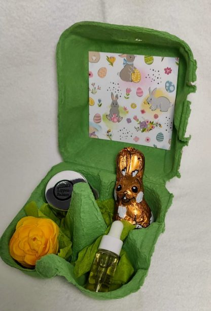 Ostergeschenk: Gertraud Gruber Detoxampulle, Sima's Lippenbalsam und Schokoosterhase im Eierkarton verpackt